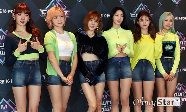 '엠카' 위걸스, 우리는 소녀들 위걸스가 26일 오후 서울 상암동 CJ ENM에서 열린 <엠카운트다운> 포토월 행사에서 포즈를 취하고 있다.