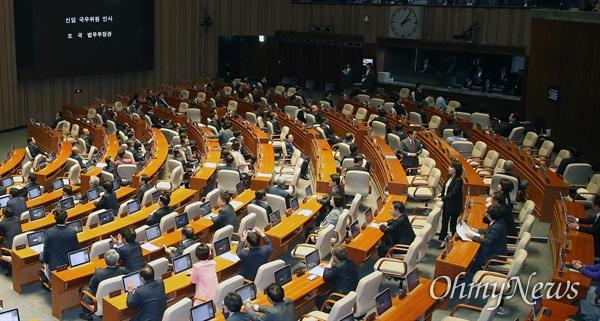 조국 인사말에 등 돌리며 야유 퍼붓는 자유한국당 조국 법무부 장관이 26일 오후 서울 여의도 국회에서 열린 정치 분야 대정부질문에 참석해 인사말을 하자, 자유한국당 의원들이 야유를 퍼부으며 등을 돌리고 있다.