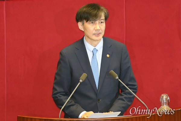 국회 대정부질문에 참석한 조국 조국 법무부 장관이 26일 오후 서울 여의도 국회에서 열린 정치 분야 대정부질문에 참석해 인사말을 하고 있다.