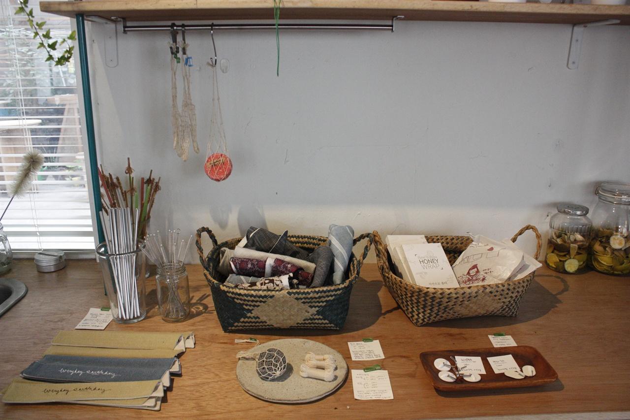 보틀 팩토리 내의 판매 제품들 한 켠에서 판매중인 비누망, 허니랩, 스텐 빨대와 솔 등의 일회용품을 대체하는 대안적 제품들
