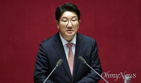 권성동 자유한국당 의원이 26일 오후 서울 여의도 국회에서 열린 정치 분야 대정부질문에서 조국 법무부 장관에게 공직자 자질에 대해 질문하고 있다.
