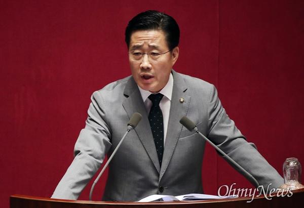 이태규 바른미래당 의원이 26일 오후 서울 여의도 국회에서 열린 정치 분야 대정부질문에서 조국 법무부 장관에게 공직자 자질에 대해 질문하고 있다.