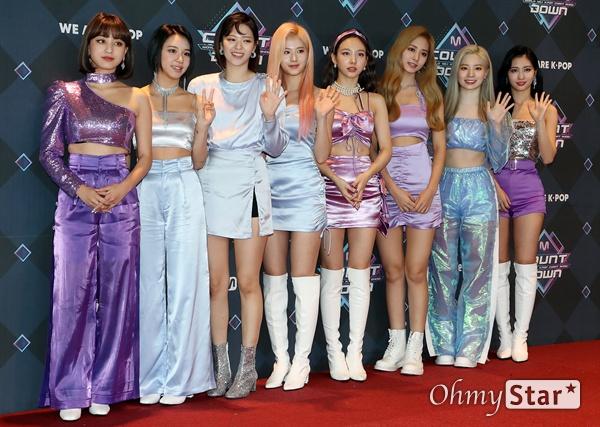 트와이스, 엠카 출동! 트와이스가 26일 오후 서울 상암동 CJ ENM에서 열린 <엠카운트다운> 포토월 행사에서 포즈를 취하고 있다.