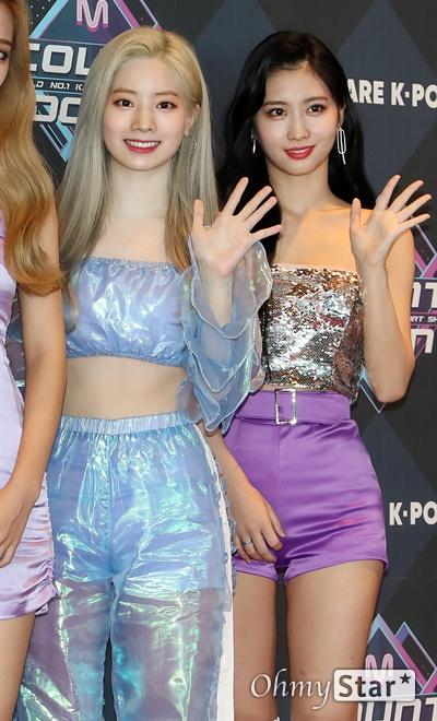 트와이스 다현-모모, 순수미 자랑 트와이스의 다현과 모모가 26일 오후 서울 상암동 CJ ENM에서 열린 <엠카운트다운> 포토월 행사에서 포즈를 취하고 있다.