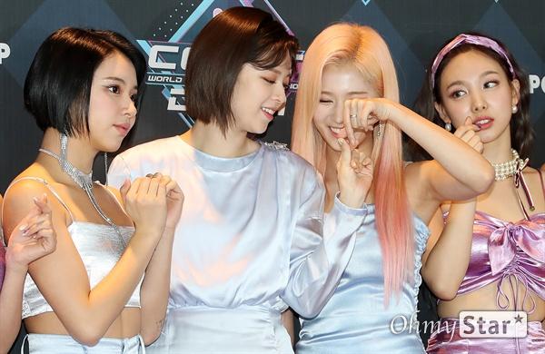 트와이스 정연은 하트꾸러기 트와이스의 정연과 사나가 26일 오후 서울 상암동 CJ ENM에서 열린 <엠카운트다운> 포토월 행사에서 하트를 만들고 있다.