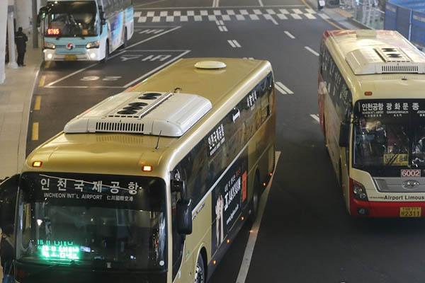 인천공항에 버스가 도착했다.