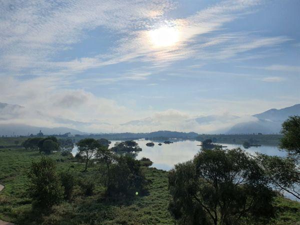 구름이 낮게 깔린 섬진강 풍경