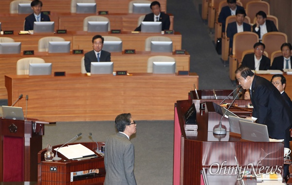 자유한국당 곽상도 의원이 26일 오후 국회 본회의장에서 열린 정치 분야 대정부질문에서 조국 법무부 장관을 '법무부 관계자'라고 부르자 문희상 국회의장이 공식 직함은 '장관'이라고 알려주고 있다.