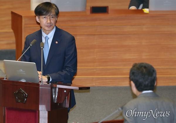 조국 법무부 장관이 26일 오후 국회 본회의장에서 열린 정치 분야 대정부질문에 출석, 자유한국당 곽상도 의원 질의에 답하고 있다.