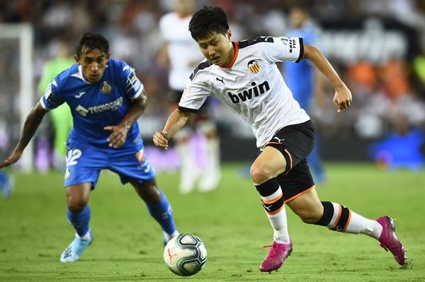 이강인(발렌시아·오른쪽)이 25일(현지시간) 스페인 발렌시아의 메스타야 스타디움에서 열린 프리메라리가 헤타페와의 홈경기에서 상대 수비를 뚫고 돌진하고 있다.