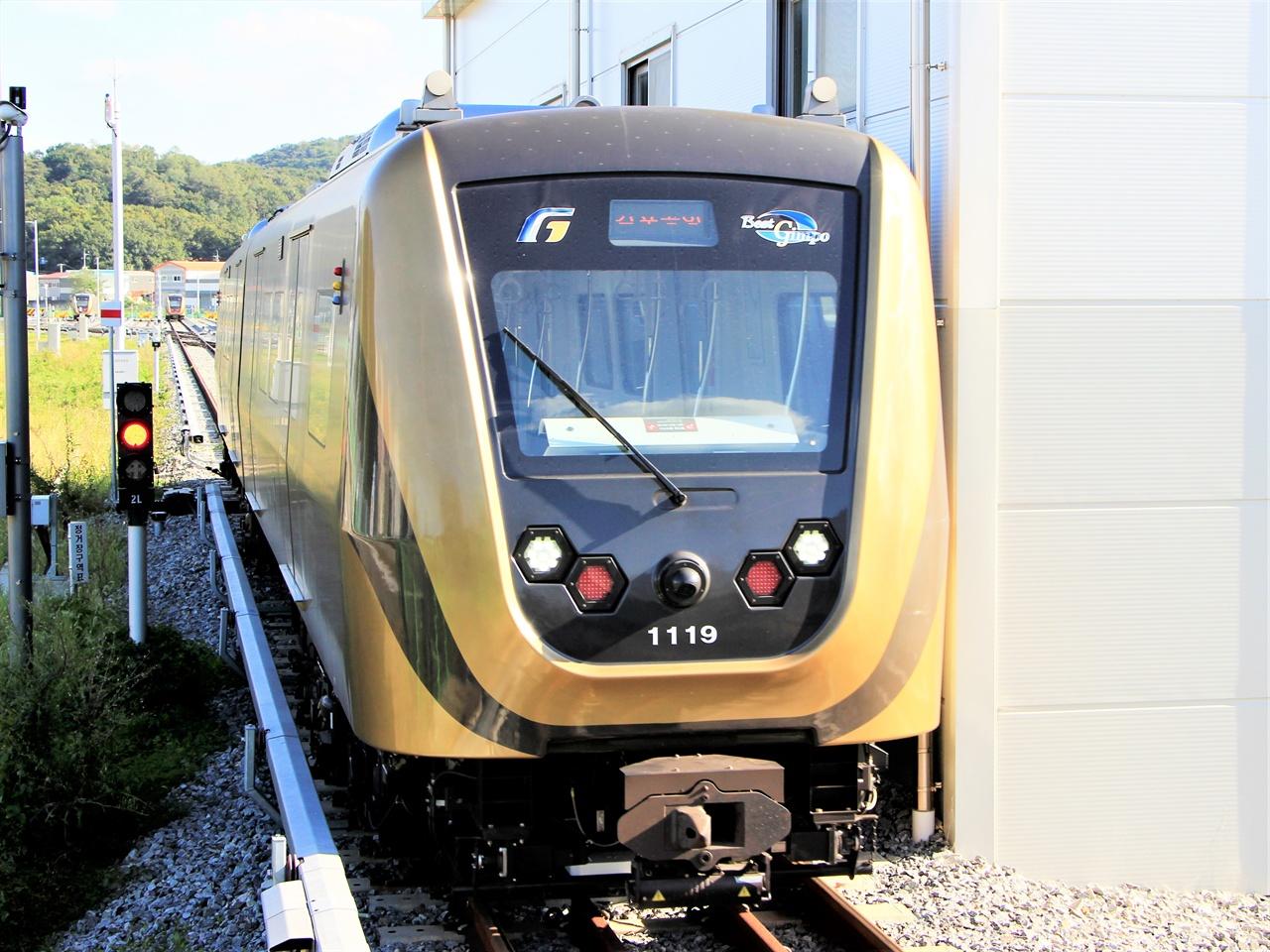 김포공항역으로 향하는 김포골드라인 열차가 양촌역 승강장에 들어오고 있다.