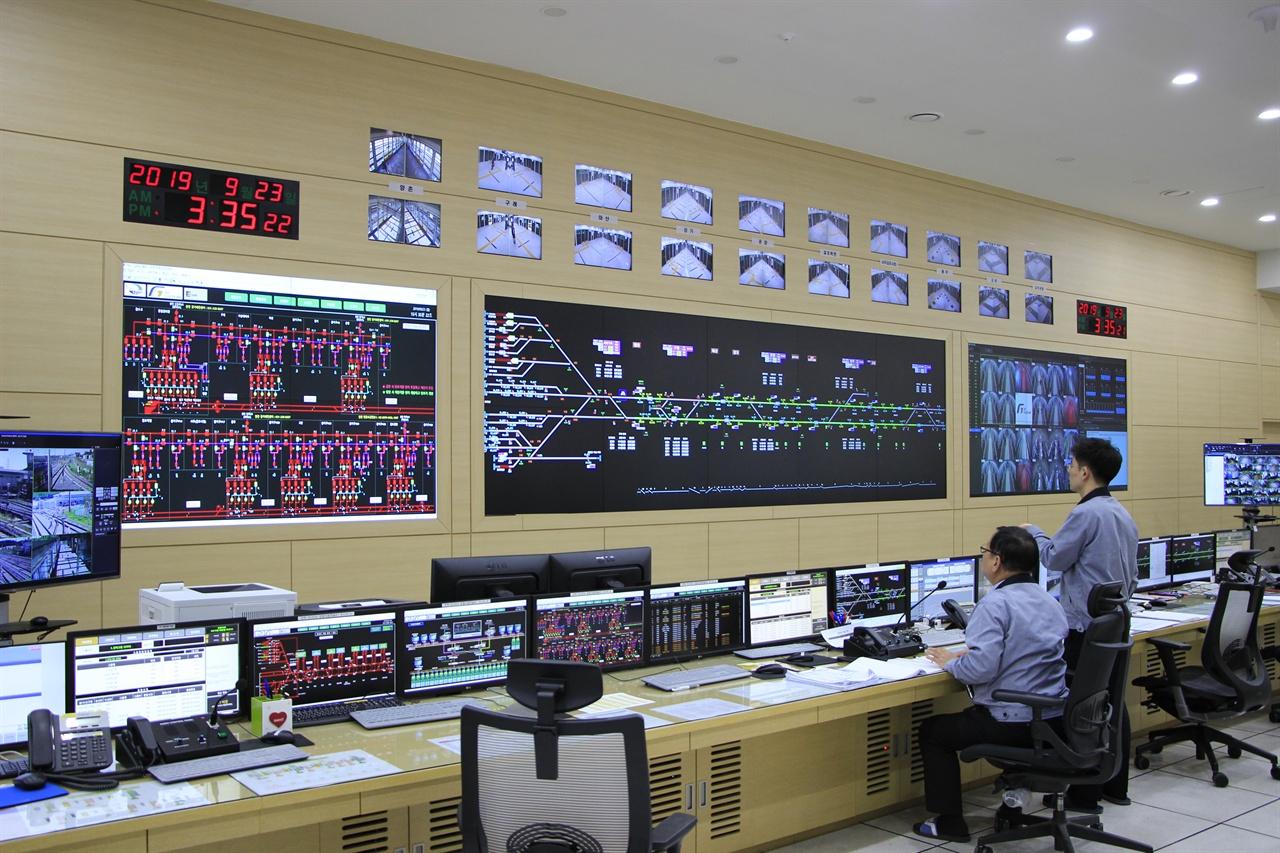 김포골드라인의 운행과 안전을 책임지는 관제실 모습. 각 역과 각 열차의 CCTV가 마련되어 혹시 모를 상황에도 실시간으로 대처할 수 있다.