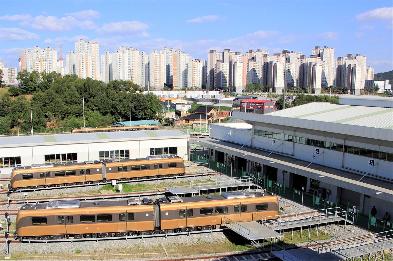 김포한강차량기지 뒤로 김포한강신도시의 모습이 보인다.