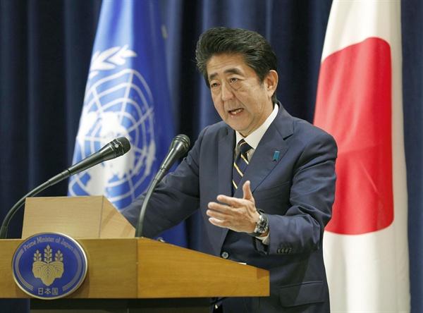 기자회견 하는 아베 신조 일본 총리 아베 신조(安倍晋三) 일본 총리가 현지시간 25일 미국 뉴욕에서 열린 기자회견에서 질문에 답하고 있다.