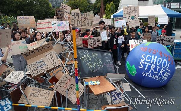 27일 오후 서울 종로구 세종로 공원에서 환경운동단체 청소년기후행동 주최로 열린 '기후위기를 위한 결석 시위'에 참석한 학생과 시민들이 기후변화의 심각성을 알리며 정부를 향해 위기 대책을 세울 것을 촉구하고 있다.
