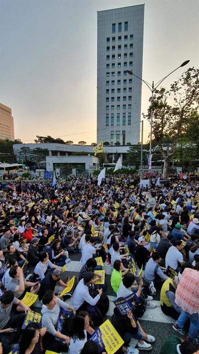 사법적폐청산연대는 오후 6시부터 서초동 서울중앙지검 정문 앞에서 제7차 검찰 개혁 촛불 문화제를 연다.