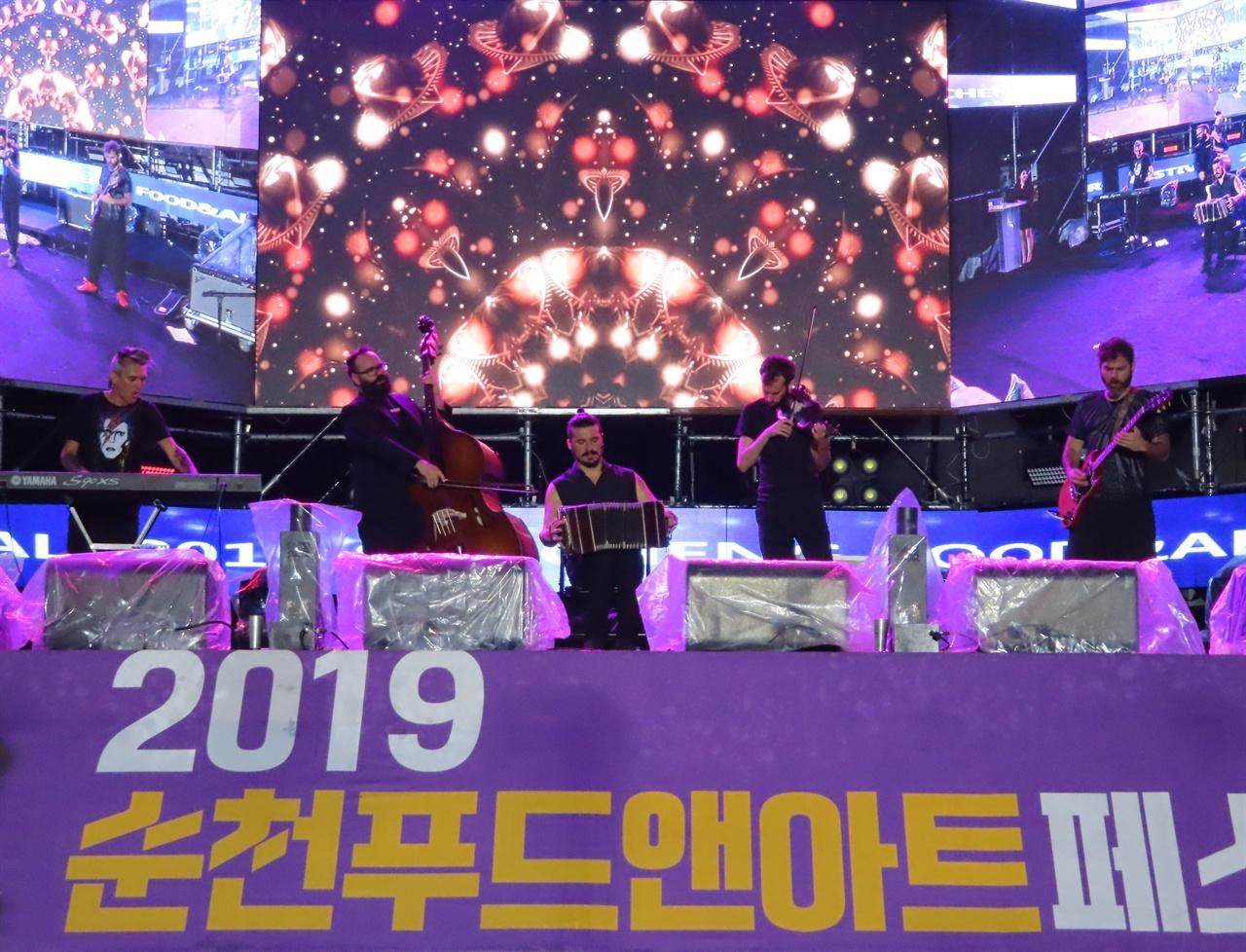 """카치바체의 탱고 연주 27일에 개막한 2019 순천푸드앤아트페스티벌에서 세계적인 탱고 연주자 """"엘 카치바체 퀸텐토"""" 밴드가 공연하고 있다,"""