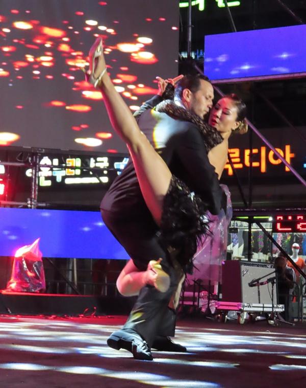 탱고 댄서 순천푸드앤아트페스티벌 개막 공연에서 카치바체 밴드의 연주에 맞춰 남녀 댄서가 역동적인 탱고 몸짓을 보여주고 있다,