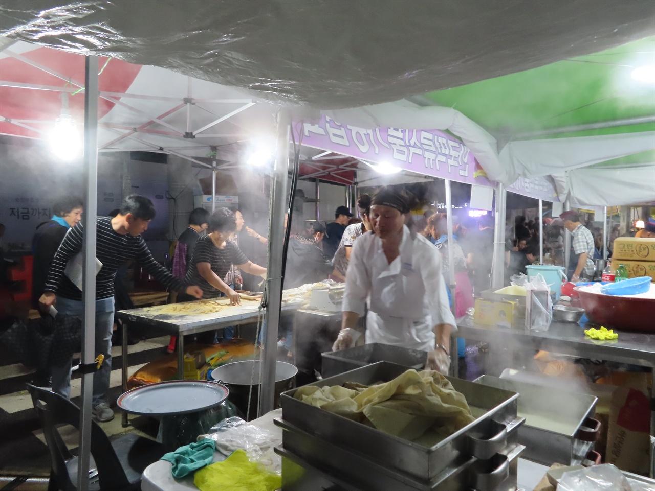 떡 판매 부스 순천푸드앤아트페스벌에서 방문객들이 한국떡류식품가공협회 전남지회 순천지부 회원들이 직접 현장에서 만들어 파는 떡을 맛보고 있다.