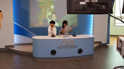 방송국을 체험중인 어린이들.