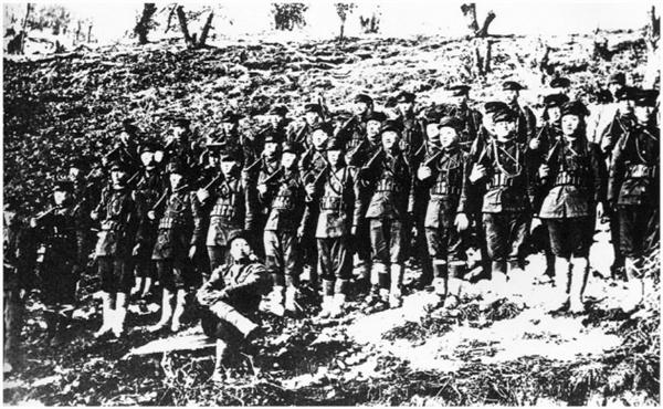 1920년 청산리전투에서 승리한 뒤 독립군들이 찍은 기념사진 북로군정서로 추정되는 독립군 부대가 청산리전투에서 일본군 토벌대를 물리친 뒤 촬영한 기념사진