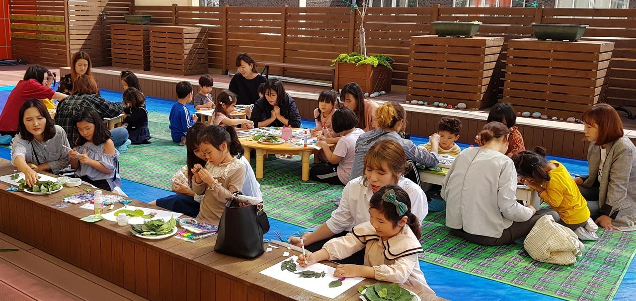 천안성정유치원(원장 강성희)이 '별샘 가족 탐구의 날'에 유아와 학부모가 함께 수업을 하고 있다. 이 유치원은 매년  '유아와 학부모가 같이하는 수업'을 하고 있다.