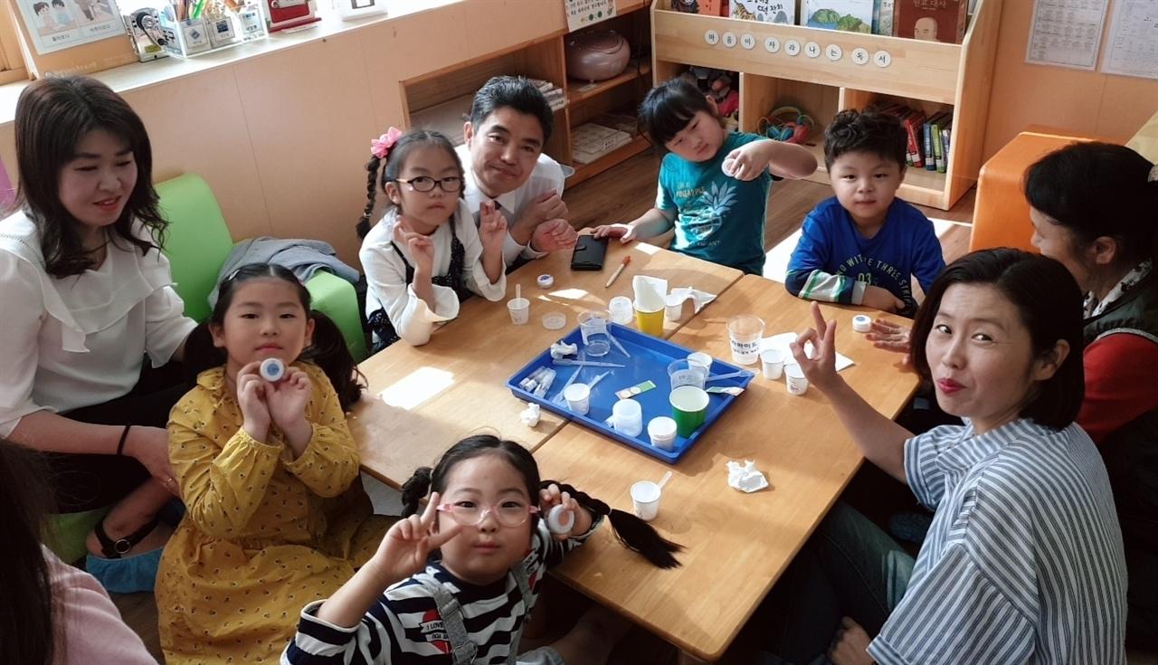 천안성정유치원의 '별샘 가족 탐구의 날'. 유아들이 엄마 또는 아빠와 함께 공동수업을 하는 날이다.