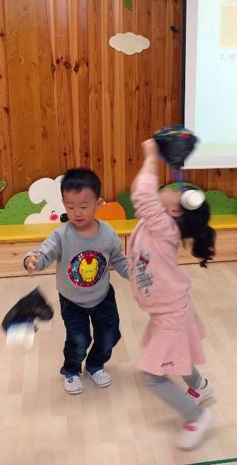 아이들이 직접 만든 낙하산을 천장을 향해 던지며 즐거워 하고 있다.