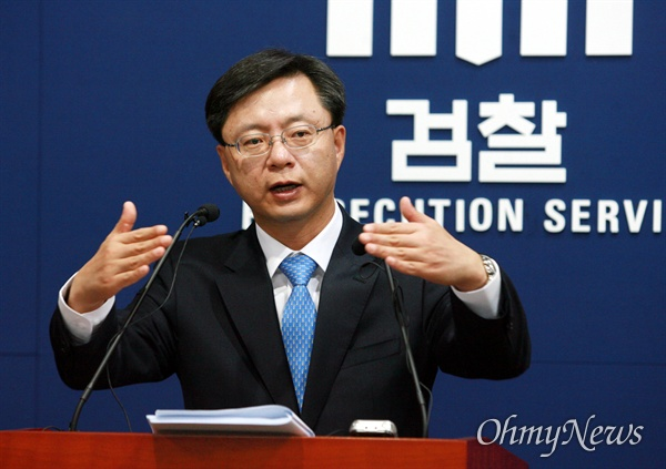2011년 5월 2일 당시 우병우 대검찰청 수사기확관이 서울 서초동 대검찰청 기자실에서 '부산저축은행그룹 비리사건 기소' 관련 브리핑을 하고 있다.