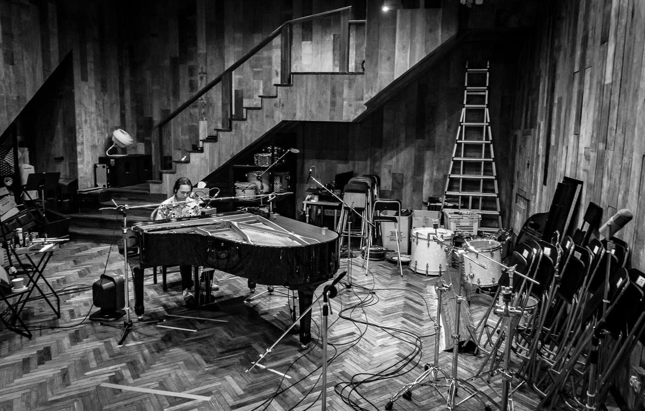 피아니스트 문용이 연주하는 모습. 1집 <소년의 꿈>, 2집 <UND>에 이어 피아니스트 문용은 3집 <#도시파라솔>을 발매했다.