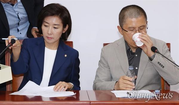 자유한국당 황교안 대표가 30일 오전 국회에서 열린 최고위원회의에서 목을 축이고 있다. 왼쪽은 나경원 원내대표.