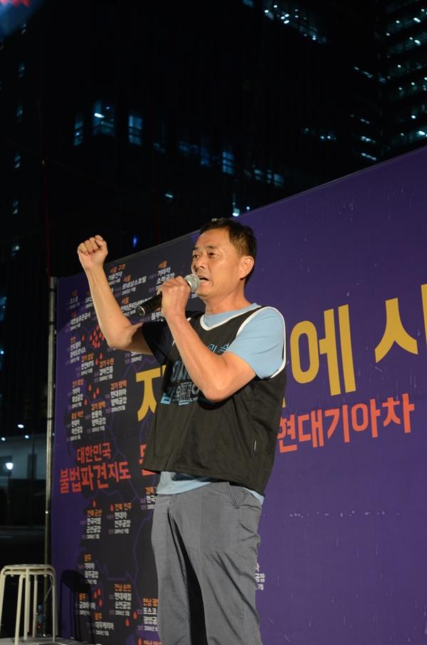 2019년 8월 30일, 고용노동청 앞에서 현대기아차 불법파견 집회에서 연대 발언하고 있는 삼성 해고자 이재용 씨.  사진_ 안건모