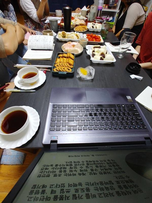 매주 한 번, 11명의 멤버가 모여 글쓰기 모임을 한다. 어설픈 환경이지만 꾸준히 글 쓸 수 있는 동력이 된다.