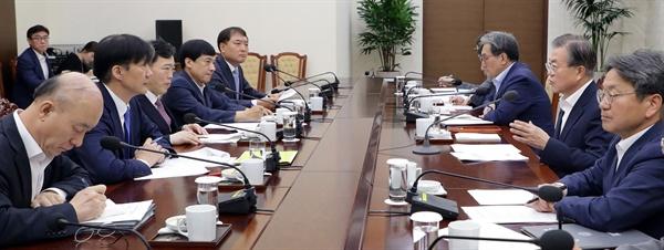문재인 대통령이 30일 오전 청와대 여민관에서 조국 법무부 장관의 업무보고를 받고 있다.