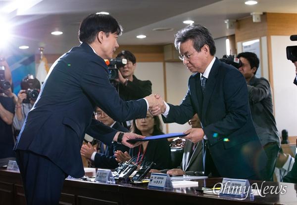 30일 오후 경기도 과천정부청사 법무부 대회의실에서 제 2기 법무검찰개혁위원회 발족식이 열리고 있다.
