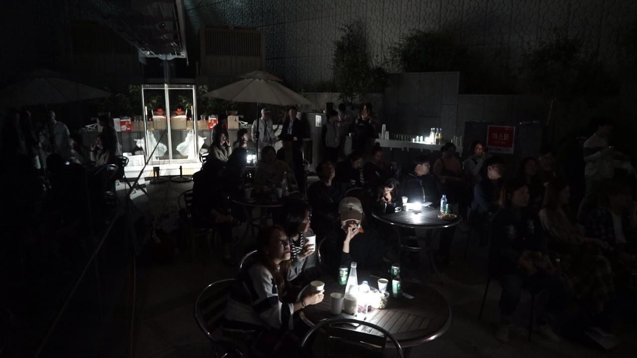 술 마시며 야외에서 밤새 영화를 관람하는 '취생몽사'. 2018년 커뮤니티비프에서 영화를 즐기는 관객들 모습