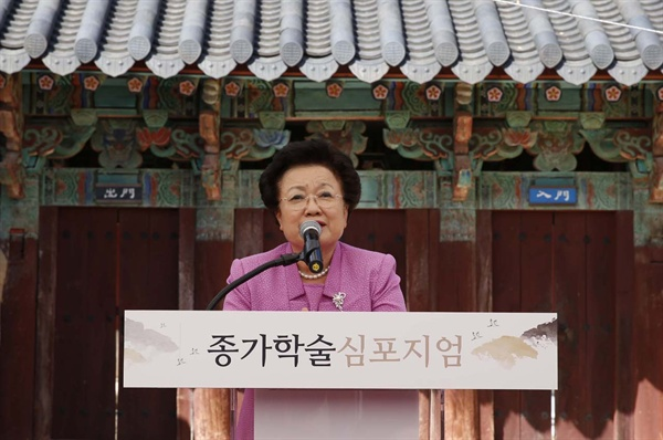 종가의 세계문화유산 등재의 필요성을 얘기하는 이배용 한국의 서원 통합보존관리단 이사장. 지난 9월 23일 장성 필암서원에서 열린 전남종가 심포지엄에서다.