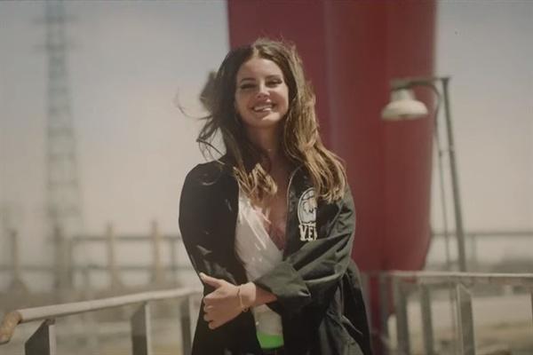 2012년 <Born To Die>로 빌보드 앨범 차트 2위에 등극하며 화려하게 데뷔한 라나 델 레이는 2010년대 가장 미국적인 아티스트로 평가받는다.