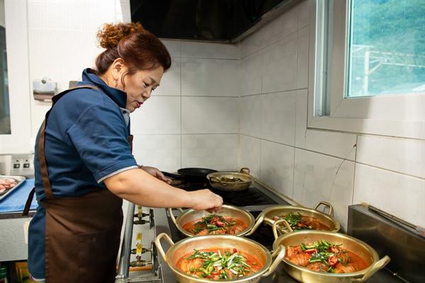 석항트레인스테이에서 식당 운영을 담당하고 있는 석항마을 주민 유미경씨.