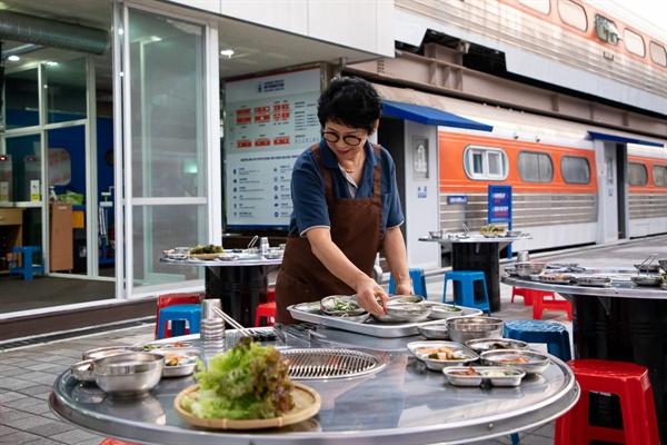 석항트레인스테이가 운영하는 식당에서 석항마을 주민 김은미씨가 일을 하고 있다.