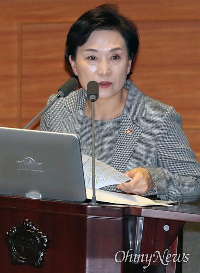 김현미 국토교통부 장관이 30일 오후 국회 본회의장에서 열린 경제분야 대정부질문에서 의원 질의에 답하고 있다.