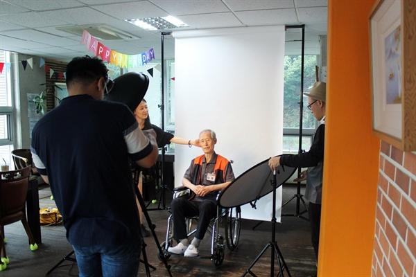 2019신나는예술여행-그토록 예술연고 프로젝트 미소들병원 어르신들을 위해 장수사진 촬영으로 행사가 시작되었다. 40여명의 어르신들 장수사진을 찍어드렸다.