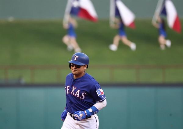 지난 7월 13일 미국 텍사스 알링턴 글로브 라이프 파크에서 진행된 휴스턴 애스트로스와의 경기에서 홈런을 친 텍사스 레인저스 추신수가 경기장을 달리고 있다.
