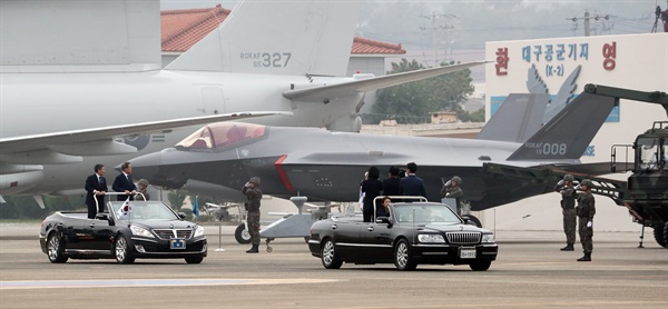 F-35A 스텔스기와 문 대통령 (대구=연합뉴스) 한상균 기자 = 문재인 대통령이 1일 대구 공군기지에서 국군의 날 행사 중 F-35A 스텔스 전투기를 사열하고 있다. 2019.10.1