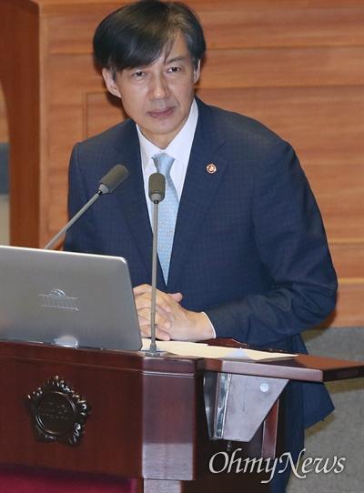 조국 법무부 장관이 1일 오후 국회 본회의장에서 열린 교육·사회·문화 분야 대정부질문에서 의원 질의에 답하고 있다.