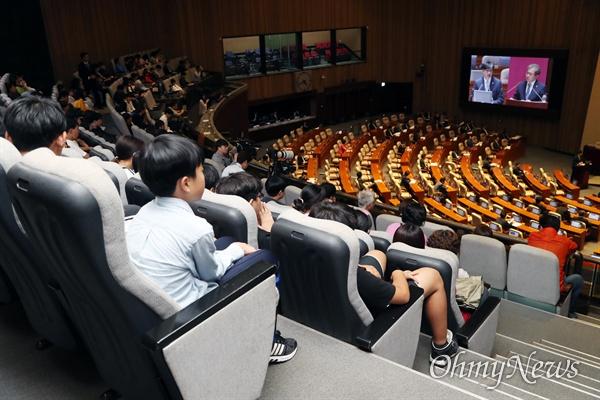 1일 오후 국회 본회의장에서 교육·사회·문화 분야 대정부질문이 열린 가운데 국회를 방문한 초등학생들이 방청하고 있다.