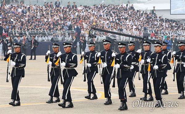1일 국군의 날을 맞아 대구 공군기지(제11전투비행단)에서 열린 '제71주년 국군의 날 행사'에서 각군 장병들이 멋진 의장행사를 선보이고 있다.