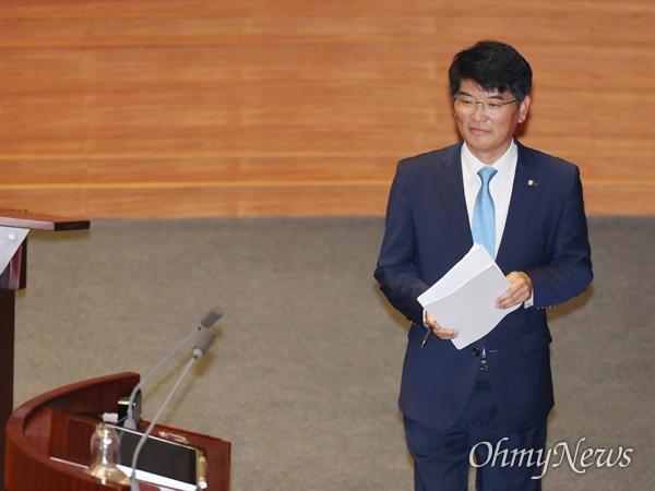 박완주 더불어민주당 의원이 1일 오후 국회 본회의장에서 열린 교육·사회·문화 분야 대정부질문에서 질의하기 위해 발언대로 향하고 있다.