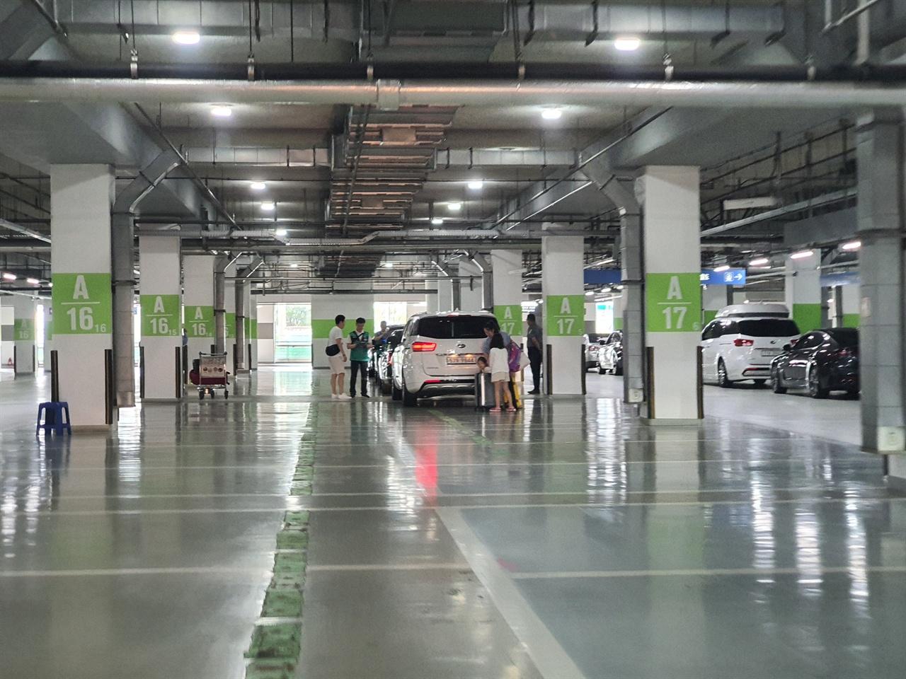 여객터미널 단기지하주차장 상주직원과 해외여행객의 차량으로 붐볐던 이곳은 공식주차대행업체의 차량 인도장소로 이용되고 있다.