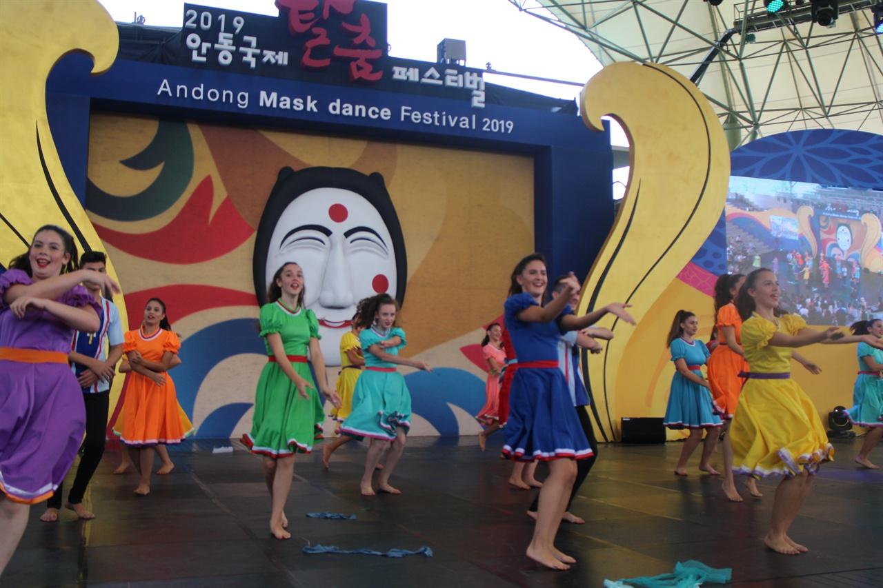 외국탈춤 공연 모습이다. 올해의 주제는 '여성의 탈, 탈속에 여성'이란 주제로 공연이 펼쳐진다.